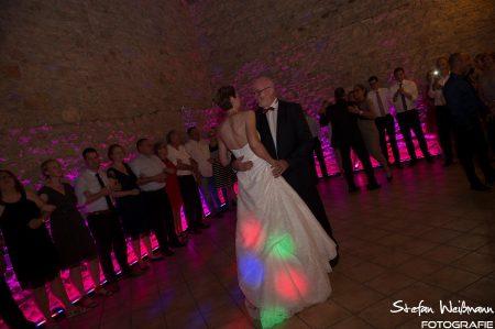 Die Party steigt, die Braut tanzt mit dem Brautvater