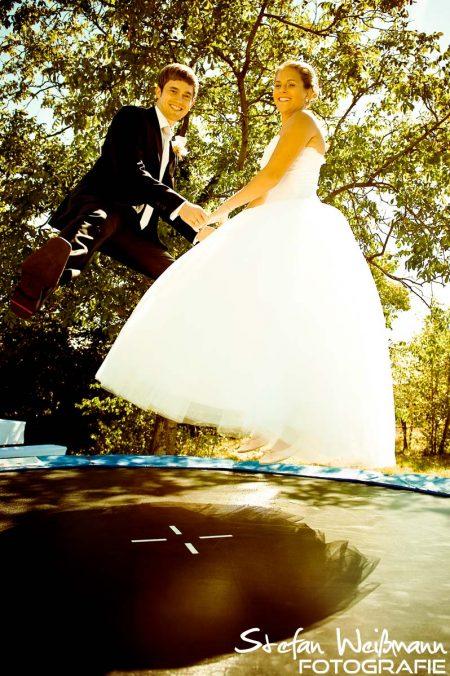 Hochzeit Fotografie auf dem Trampolin